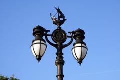 Rocznik latarni ulicznej poczta z statek rzeźbą w Londyn, Anglia zdjęcia stock