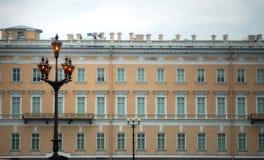 Rocznik latarnie uliczne na tle stary dom w St Pe obraz royalty free