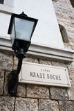 Rocznik latern obok sławnego ulica stołu Zdjęcia Stock