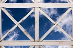 Rocznik malował białą drewnianą kratownicę, niebo na tle Obraz Royalty Free