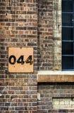 Rocznik malujący metalu znaka porzucony budynek Czterdzieści cztery Obrazy Royalty Free