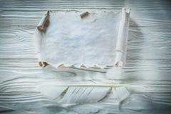 Rocznik miący papierowy rolki piórko na drewnianej desce Zdjęcie Stock