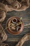 Rocznik miedziana filiżanka i kluczowa miłość na starym drewnianym tle Odgórny widok zdjęcie royalty free
