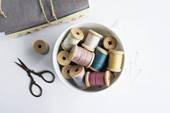 Rocznik niciane cewy, nożyce i bawełniane tkaniny, zdjęcia royalty free