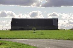 Rocznik nieociosana stara stajnia w zielonym polu Zdjęcie Royalty Free