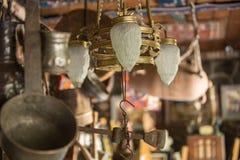 Rocznik oświetleniowe lampy w sklepie dla sprzedaży obraz stock