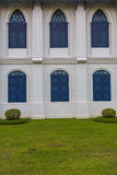 Rocznik okno na białej ścianie obrazy stock