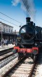 Rocznik parowa lokomotywa przy stacją Zdjęcia Stock
