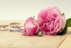 Rocznik pocztówki z róży i srebra pierścionkiem Zdjęcie Royalty Free