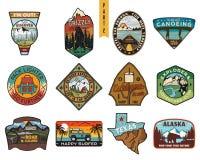 Rocznik podróży ręki rysować odznaki ustawiać Obozuje etykietek pojęcia Halni wyprawa loga projekty Plenerowi podwyżka emblematy royalty ilustracja