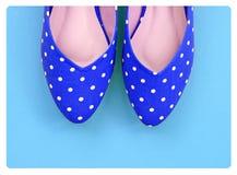 Rocznik polki kropki buty na błękitnym tle Zdjęcie Royalty Free