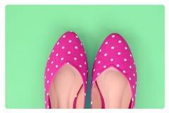 Rocznik polki kropki buty na zielonym tle Fotografia Royalty Free