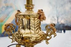 Rocznik pozłacający Rosyjski samowar na ulicie obrazy royalty free