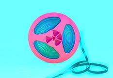 Rocznik różowa audio rolka z magnetofonową taśmą na zielonym tle Modny wystrzał sztuki styl obrazy stock