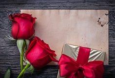 Rocznik róż czysty papierowy czerwony naturalny giftbox dalej Fotografia Royalty Free