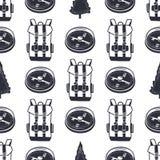 Rocznik ręka rysująca wycieczkujący przygoda deseniowego projekt Campingowa bezszwowa tapeta z plecakiem, kompas Monochrom retro Zdjęcia Stock
