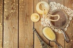Rocznik ręki lustro i hairbrush z wieżą eifla na drewnianym tle Zdjęcia Stock