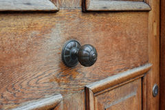 Rocznik rękojeść na drewnianym drzwi Obraz Royalty Free