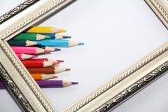 Rocznik rama dla obrazów i barwionych ołówków na białym tle ilustracja wektor