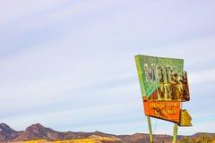 Rocznik Rdzewiejący metalu motelu znak zdjęcie royalty free