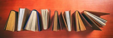 Rocznik rezerwuje pozycję na drewnianym tle - odgórny widok Zdjęcia Stock