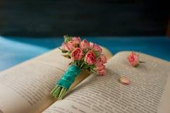 Rocznik rezerwuje z bukietem flowers/rocznika nostalgiczny backgro zdjęcie stock