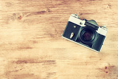 Rocznik stara kamera na brown drewnianym tle. pokój dla teksta. Zdjęcia Stock