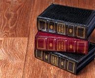 Rocznik stare książki na drewnianym pokładu tabletop przeciw grunge ścianie Obrazy Royalty Free