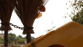 Rocznik Stare miotły Przykuwać z Żółtym Plastikowym krzesłem obraz stock