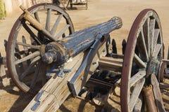 Rocznik Stary Meksykański Drewniany Canon i Rdzewiejący Żelazni koła zdjęcie stock