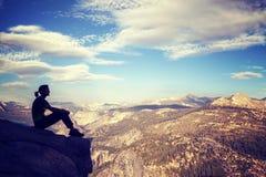 Rocznik stylizował sylwetkę kobiety dopatrywania widok górski Zdjęcia Royalty Free