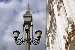 Rocznik stylowa latarnia uliczna przez niebieskie niebo z chmurami Zdjęcie Royalty Free