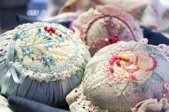 Rocznik szpilki poduszki z kolorowymi igłami i szpilkami, miękka ostrość fotografia royalty free