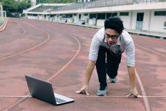 Rocznik tonował wizerunek młody Azjatycki biznesmen z laptop przygotowywającą początek pozycją posyłać na biegowym śladzie Rywali Obrazy Stock