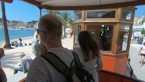 Rocznik tramwajowe przeja?d?ki wzd?u? turystycznego wybrze?a Portowy De Soller, Mallorca zbiory wideo