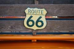 Rocznik trasy 66 drogowy znak na drewnianych deskach furgonetka - royalty ilustracja