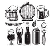 Rocznik ustawiający piwni przedmioty Stary drewniany kubek, baryłka, szkła, chmiel, butelka, może, otwieracz, nakrętka Ręka rysuj royalty ilustracja