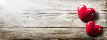 Rocznik walentynek karta - światło słoneczne Na Dwa sercu zdjęcia stock