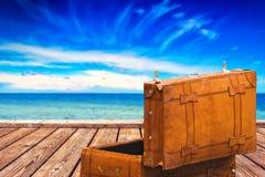 Rocznik walizka przy Boardwalk i otwartym morzem Obraz Royalty Free
