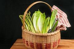 Rocznik wyplatający trzcinowy kosz organicznie, zielony warzywo, zdjęcia stock