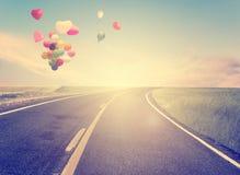 Rocznik z serce balonem na plażowym niebieskim niebie Zdjęcie Stock