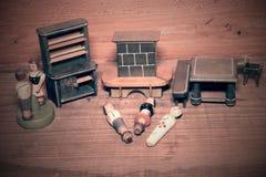 Rocznik zabawki dla dziewczyn Drewniane retro zabawki Zabawkarska spiżarni i zabawki graba Drewniana atrapa ludzie Obrazy Stock