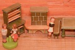 Rocznik zabawki dla dziewczyn Drewniane retro zabawki Zabawkarska spiżarni i zabawki graba Drewniana atrapa ludzie Obraz Stock