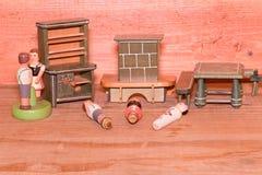Rocznik zabawki dla dziewczyn Drewniane retro zabawki Zabawkarska spiżarni i zabawki graba Drewniane atrapy ludzie Obrazy Royalty Free