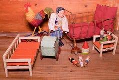 Rocznik zabawki dla dziewczyn Drewniane retro zabawki Zabawkarski łóżko, zabawkarski fracht i retro lala, Drewniane atrapy ludzie Obraz Royalty Free