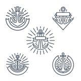 Rocznik zakotwicza liniowe logo ustawiać lub kreskowe nautyczne etykietki w retro stylu odizolowywającym na białym tle ilustracji