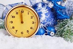 Rocznik zegarowe i Bożenarodzeniowe piłki na tła mroźnym jedlinowym drzewie błękitny kwiatek święta ornamentu cień ilustracyjny Fotografia Stock