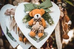 Rocznik zimy dekoracja Mały miś pluszowy robić tkanina na drewnianym sercu z faborkami zdjęcie stock
