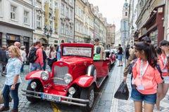 Rocznik zwiedzającej wycieczki turysycznej samochód w Praga Zdjęcie Royalty Free