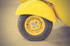 Rocznika Żółty Samochodowy koło; Klasyczni pojazdy (Filtrujący wizerunku proca zdjęcie stock